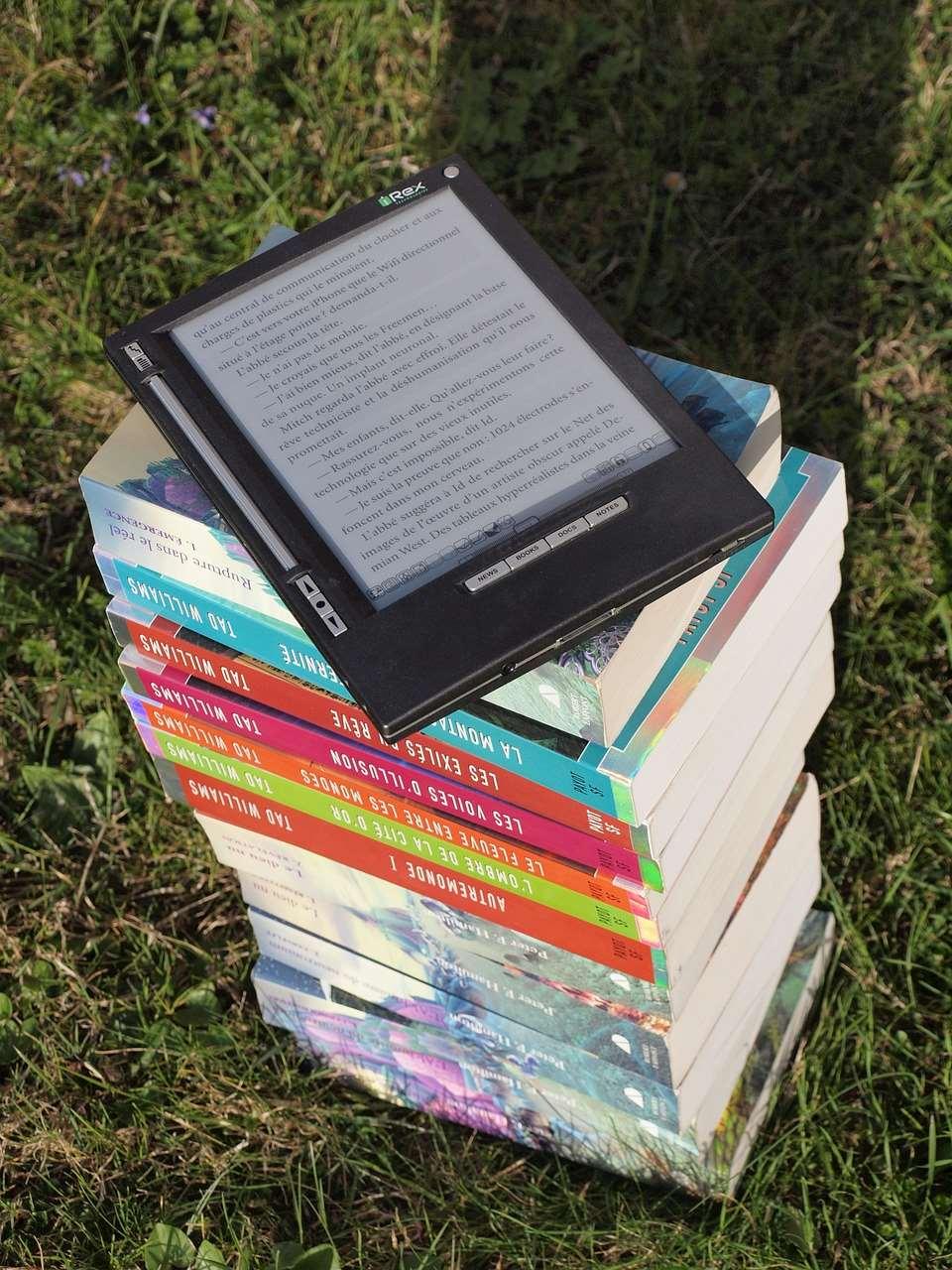 Bild på en läsplatta på en bokstapel